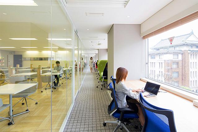 当社ワークスペースには集中した作業を行えるエリア、打ち合わせに適したエリアなど、用途に合わせて複数のワークスペースを使い分けることが可能です。