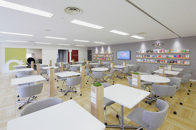大企業のような洗練されたオフィスです。広く、明るく、機能も充実しています。