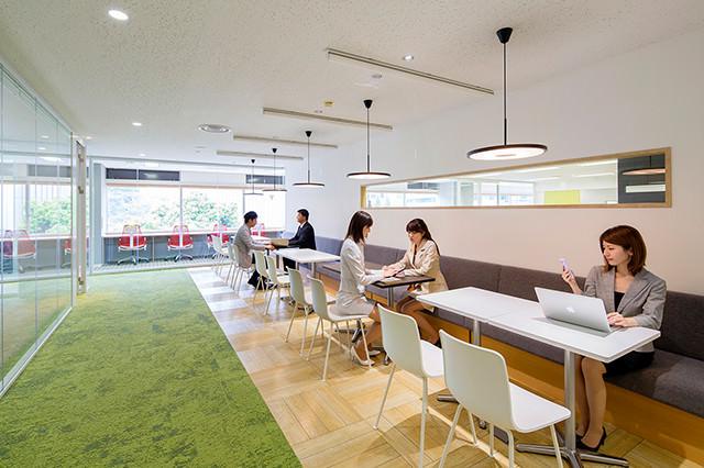 ガラスを多く使用した館内は明るく清潔感のある空間。内装や什器に、徹底的にこだわっています。
