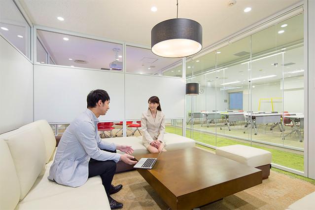 明るく開放的でリラックスして商談に集中できるオフィス。