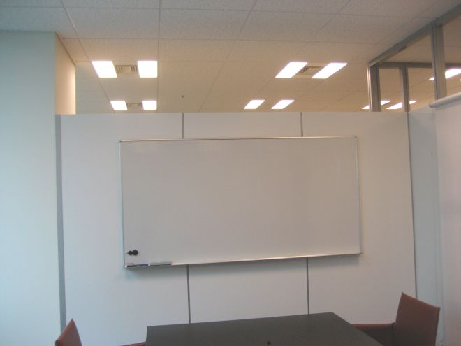 上部が空いている半個室の会議室